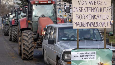 Traktoren mit Protestplakaten gegen das Insektenschutzgesetz rollen durch Wiesbaden zum Umweltministerium