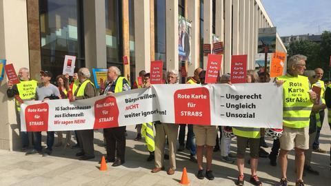 Protest gegen die Straßenausbau-Beitragssatzung vor dem Rhein-Main-Congress-Center