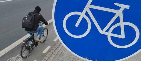 Ein Radfahrer auf einem Fahrradweg.