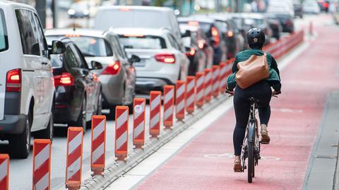 Fahrradfahrerin auf einer Radspur