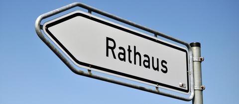 Wegweiser Richtung Rathaus