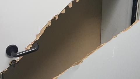 Die zerstörte Tür zum RCDS-Büro