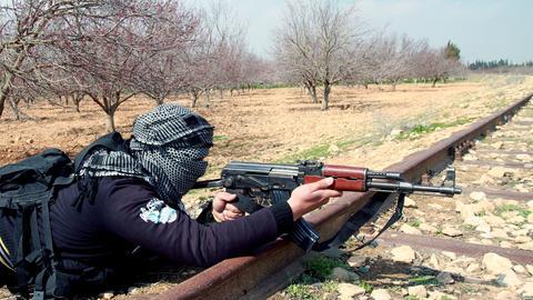 Das undatierte Handout zeigt nach Angaben der Rebellen einen vermummten Mann auf einer Erkundungsmission an der Grenze zum Libanon.