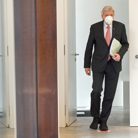 Ministerpräsident Bouffier auf dem Weg ins Landtagsplenum