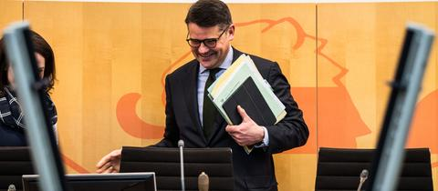 Landtagspräsident Boris Rhein (CDU) am Rednerpult in Landtag