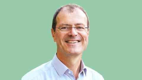 Ausgeschnittenes Portrait von Robert Ahrnt (Grüne) auf einer grünen Fläche.
