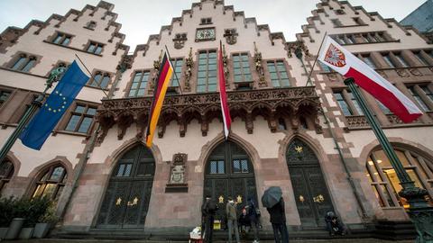 Flagen von Frankfurt, Hessen, Deutschland und Europa vor dem Römer