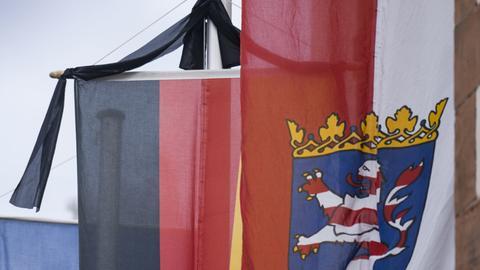 Am Sonntag vor dem Amtsgericht in Biedenkopf, der Heimatgemeinde des hessischen Finanzminister Thomas Schäfer: ein Trauerflor an einer deutschen Fahne neben einer Fahne mit dem hessischen Landeswappen.