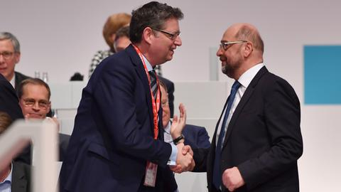 SPD-Chef Martin Schulz (r.) gratuliert Thorsten Schäfer-Gümbel