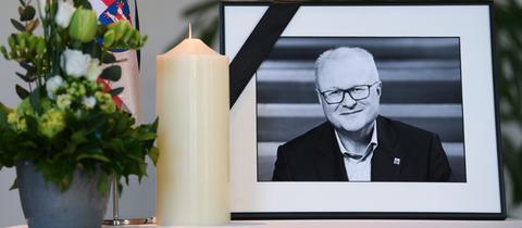 Gedenken an Thomas Schäfer im Eingangsbereich des hessischen Finanzministeriums in Wiesbaden.