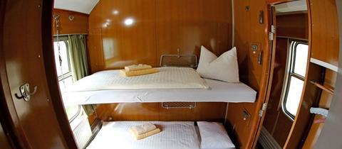 Ein Schlafwagenabteil in einem Hotelzug.