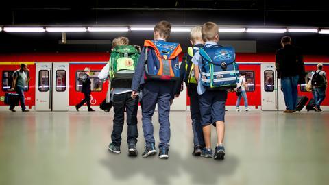 Schüler auf dem Weg zur U-Bahn