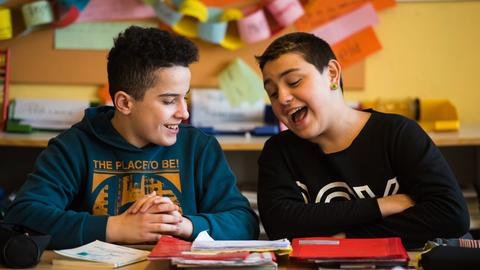 Zwei Schüler einer Schule in Wiesbaden