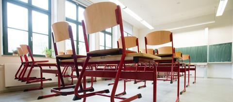Ein leeres Klassenzimmer in einer Schule.