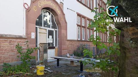 Das Foto zeigt eine sanierungsbedürftige Schule