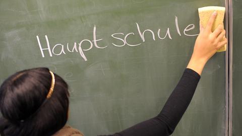 Kreideschrift auf Schultafel: Hauptschule