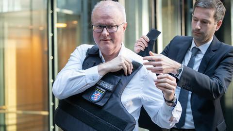Auch Finanzminister Thomas Schäfer (CDU) probierte eine Schutzweste an.
