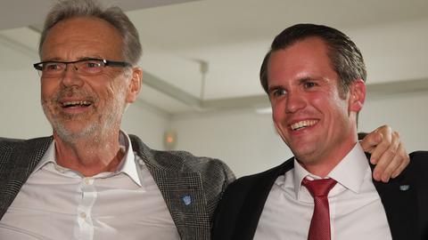 Der scheidende Offenbacher Oberbürgermeister Horst Schneider (li.) freut sich mit seinem Nachfolger Felix Schwenke.