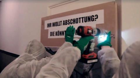 Antifa-Aktivisten verschrauben die Tür des AfD-Büros in Frankfurt-Sachsenhausen.
