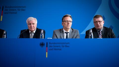Seehofer, Münch (BKA) und Haldenwang (BfV) auf der Pressekonferenz