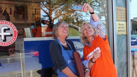 Bernadette Weyland macht ein Selfie mit einer Besucherin