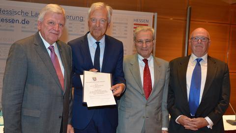 Ministerpräsident Bouffier (CDU, v. li.) überreicht dem Antisemitismusbeauftragten Semmelroth die Ernennungsurkunde. Es gratulieren Salomon Korn (jüdische Gemeinde Frankfurt) und Jacob Gutmark (jüdische Gemeinde Hessen).