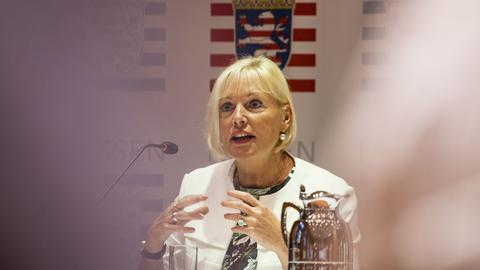 Digitalminsterin Kristina Sinemus in einem Gespräch vor dem Hessenwappen
