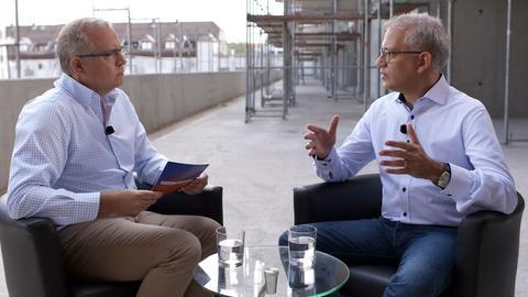 Wirtschaftsminister Al-Wazir (Grüne, r.) im Gespräch mit hr-Landtagskorrespondent Michael Immel.