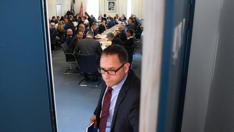 Beginn der Sondersitzung von Innen- und Rechtsausschuss zum Mordfall Susanna. Die Tür zum Sitzungszimmer wird geschlossen.