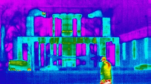 Eine Wärmebildkamera zeigt die Wärmeabstrahlung eines Gebäudes