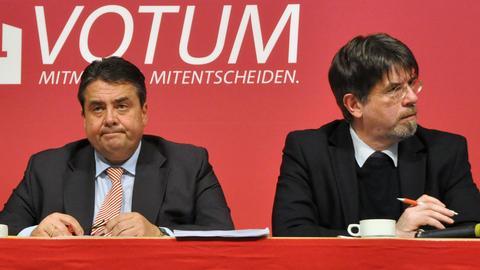 Sigmar Gabriel und Gernot Grumbach (r.) bei einer SPD-Regionalkonferenz 2013
