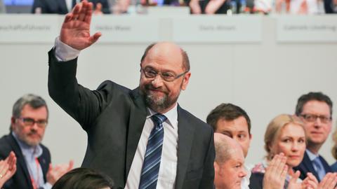 SPD-Landeschef Schäfer-Gümbel (r.) in der Reihe der Führungsriege auf dem Sonderparteitag