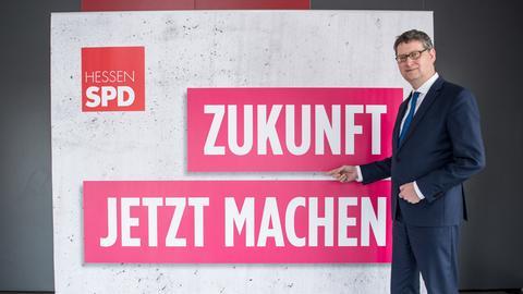 Parteichef Thorsten Schäfer-Gümbel präsentiert den SPD-Slogan zur Landtagswahl