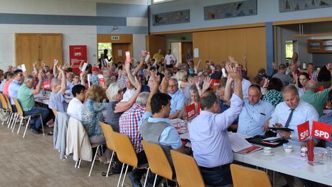 Delegierte des SPD-Unterbezirks Kassel-Land stimmen bei der Wahl zu einer Doppelspitze ab