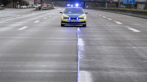 Ein Polizeifahrzeug auf der gesperrten A5