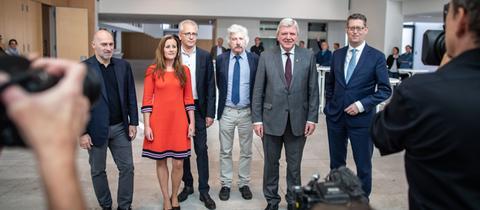 Die Spitzenkandidaten der aussichtsreichsten Parteien für die Landtagswahl: Rene Rock (FDP, l-r), Janine Wissler (Linke), Tarek Al-Wazir (Grüne), Rainer Rahn (AfD), Volker Bouffier (CDU, Ministerpräsident von Hessen), und Thorsten Schäfer-Gümbel (SPD).