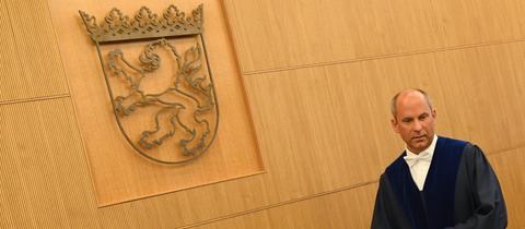 Roman Poseck, Präsident des Hessischen Staatsgerichtshofs, geht zu Beginn einer Verhandlung zu seinem Platz.