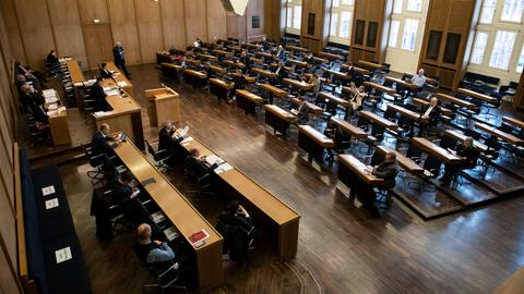 Einige Politiker sitzen auf ihren Plätzen bei der Frankfurter Stadtverordnetenversammlung im Rathaus. Einige Plätze sind frei. Grund sind die Abstandsregeln in der Corona-Pandemie.