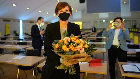 Bettina Stark-Watzinger mit einem Blumenstrauß nach ihrer Wahl zur FDP-Landesvorsitzenden