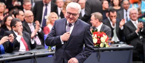 Frank-Walter Steinmeier nach seiner Wahl zum Bundespräsidenten auf dem Weg zum Rednerpult.
