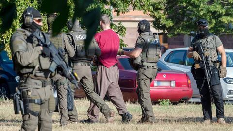 Stefan Ernst wird von bewaffneten Polizisten zum BGH geführt