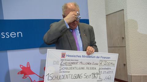 Thomas Schäfer mit einem riesigen Scheck.