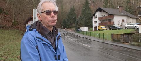 Gerhard Fischer aus Bad Sooden-Allendorf vor seinem Grundstück