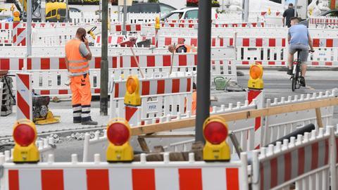 Bauarbeiten auf einer Straße in Hanau.