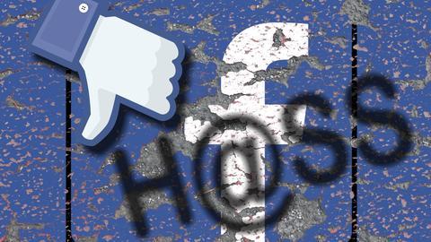 """Eine Bildcollage mit dem Facebook-Logo, einem nach unten zeigenden Daumen und dem Schriftzug """"H@ss"""""""