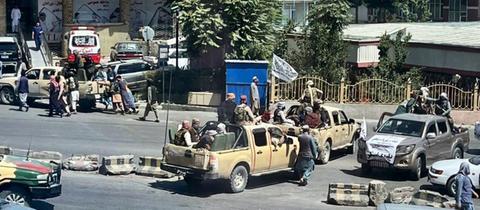 Taliban-Kämpfer patrouillieren an Bord von Polizeifahrzeugen in Kabul.