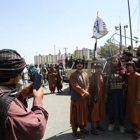 Taliban-Kämpfer posieren nach der Einnahmen der Stadt in Kabul.