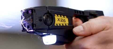 Elektroschocker - Hessen testet als drittes Bundesland Taser im Polizeieinsatz.