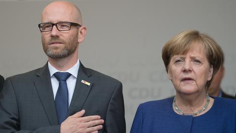 Tauber und Bundeskanzlerin Merkel im September 2017 bei einer Wahlkampfveranstaltung der CDU in Fritzlar.