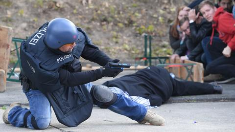 Ein Polizist simuliert einen Einsatz nach einem terroristischen Anschlag.